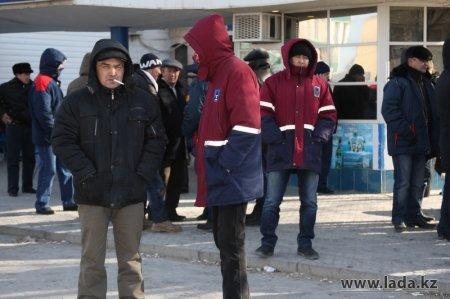 Количество протестующих работников «Каражанбасмунай» на площади в Актау сокращается