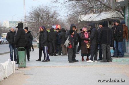 Бастующие по-прежнему остаются на площади «Ынтымак»