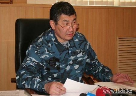 Комендант Жанаозена прокомментировал видео, выложенное в Интернете, где полицейский стреляет вслед убегающим людям