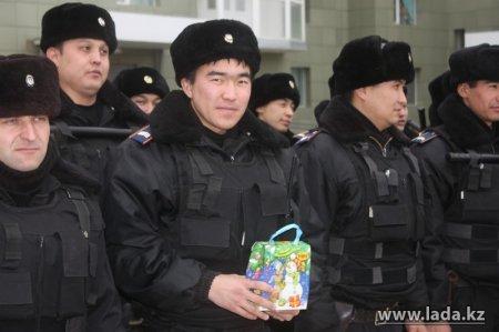 Аким Мангистауской области поздравил с Новым годом сводный контингент внутренних войск, прибывший в Актау из разных регионов Казахстана