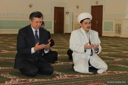 Имам Мангистауской областной мечети Бекет-Ата прочитал молитву в память о погибших в Жанаозене и Шетпе